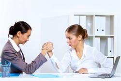 Duale Studenten und Absolventen einer Ausbildung werden immer mehr zu direkten Konkurrenten.