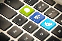 Ein Social Media Manager kennt sich bestens mit den Funktionen und Zielsetzungen von Social-Web-Diensten aus.