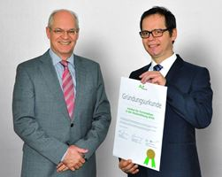 Institutsleiter Prof. Dr. Michael Klebl (rechts) erhält die Gründungsurkunde des IFW vom Geschäftsführer der AKAD Bildungsgesellschaft mbH, Michael Lammersdorf.