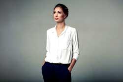 Die klassische Businesskleidung ist der Hosenanzug oder ein schicker Blazer mit Rock oder Anzughose.
